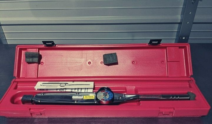 How to Use a Dial Torque Wrench